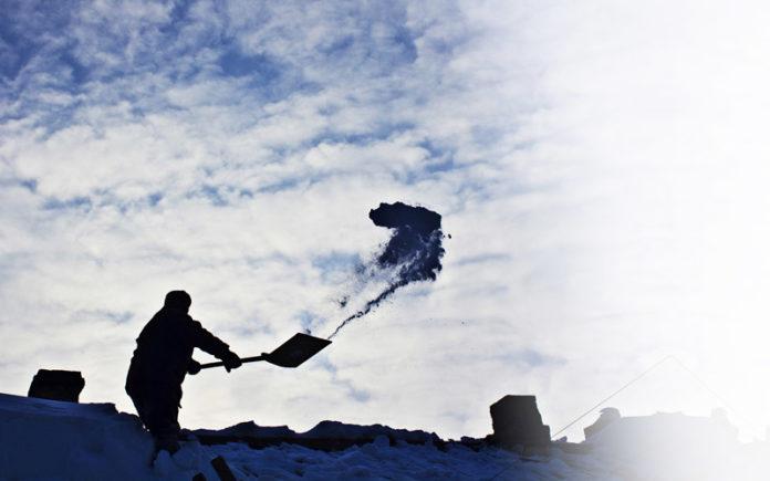 Odśnieżanie dachów w okresie zimowym przez profesjonalistów