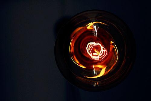 Designerskie lampy podłogowe. Na co warto zwrócić uwagę?