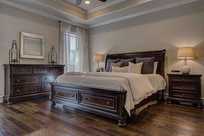 Jak wykorzystać przestrzeń pod łóżkiem w sypialni?