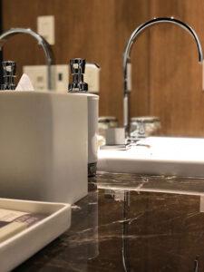 Funkcjonalny dozownik do mydła do każdej nowoczesnej łazienki